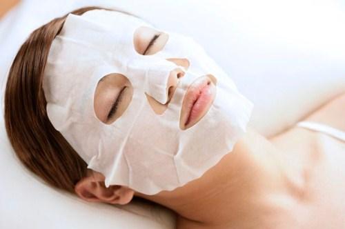 Đắp mặt nạ trong các bước chăm sóc da ban đêm